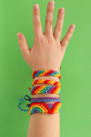 Rainbow-friendship-bracelets_33